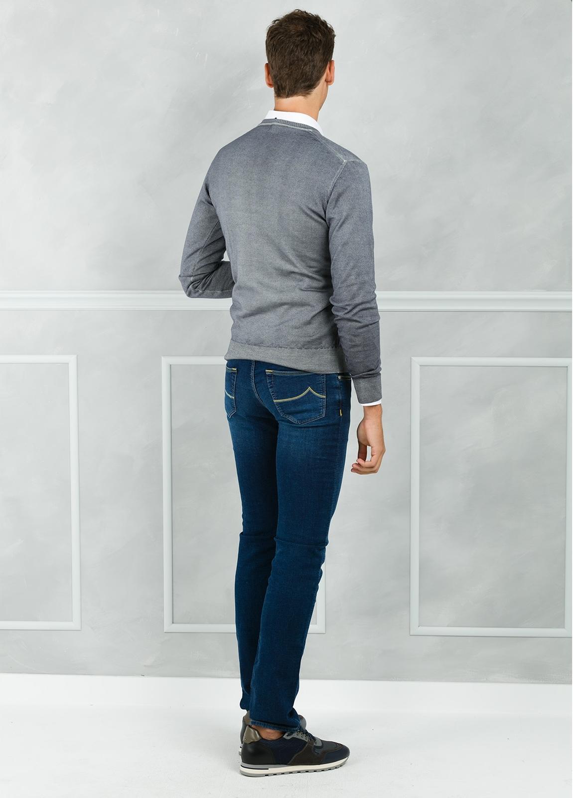 Jersey liso cuello pico, color gris. 100% Lana merino. - Ítem1