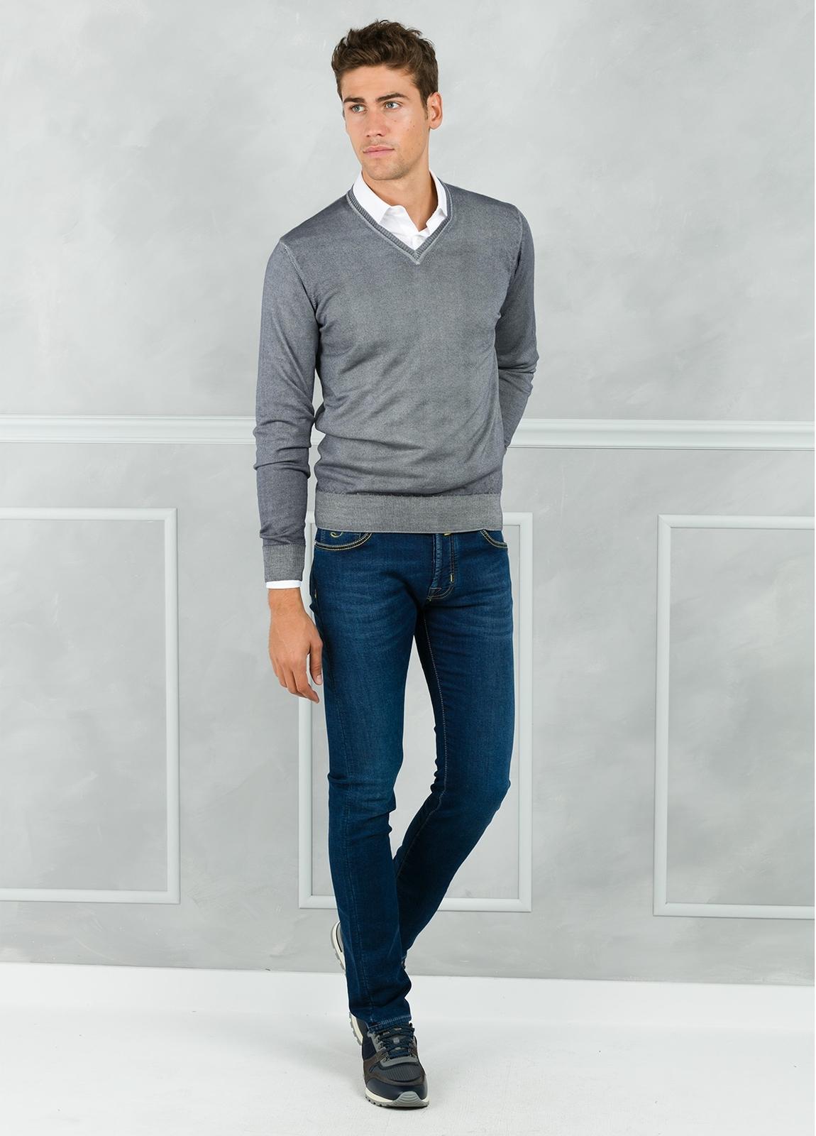 Jersey liso cuello pico, color gris. 100% Lana merino.
