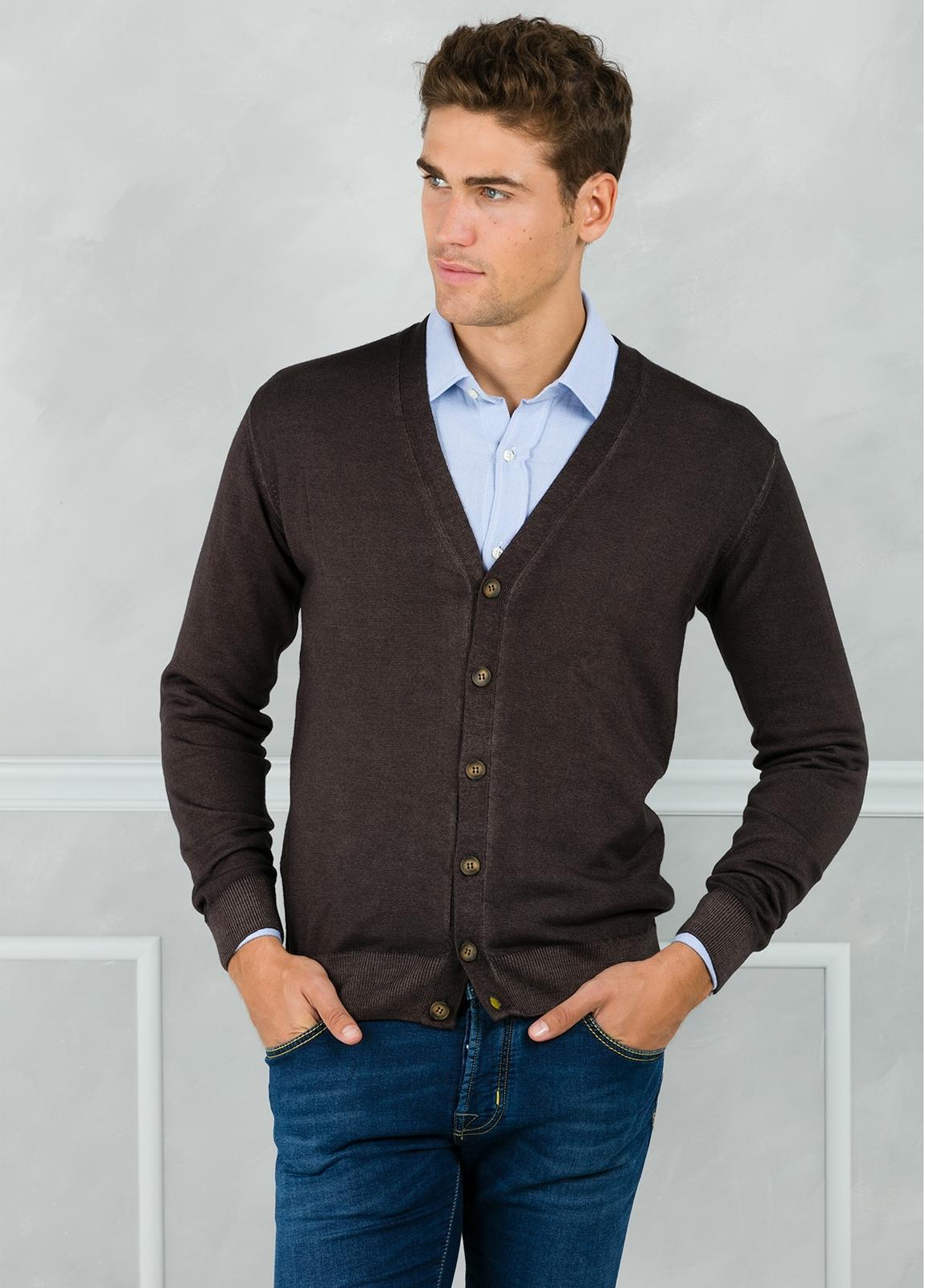 Cardigan liso color marrón. 100% Lana merino.