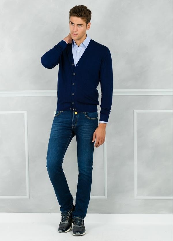 Cardigan liso color azul marino. 100% Lana merino.