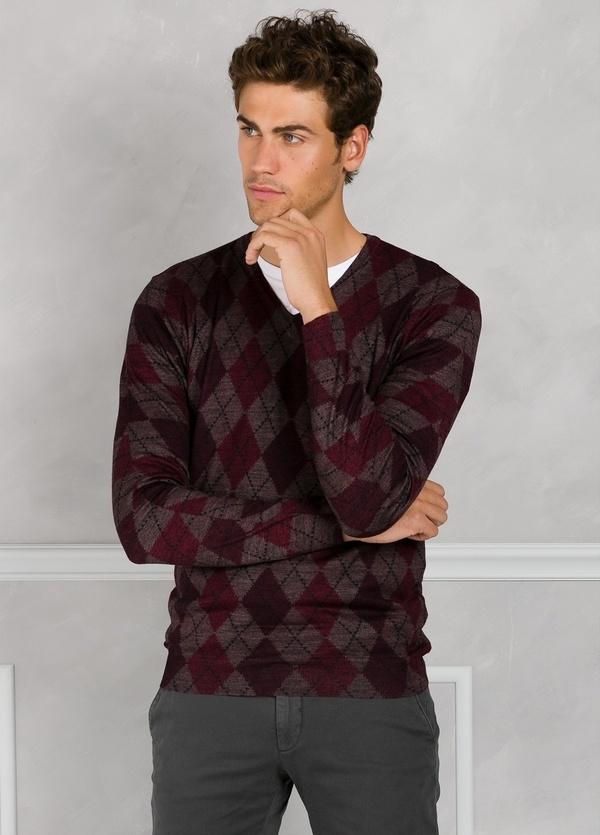 Jersey cuello pico con estampado de rombos color granate. 45% Lana merino 55% Coolmax.