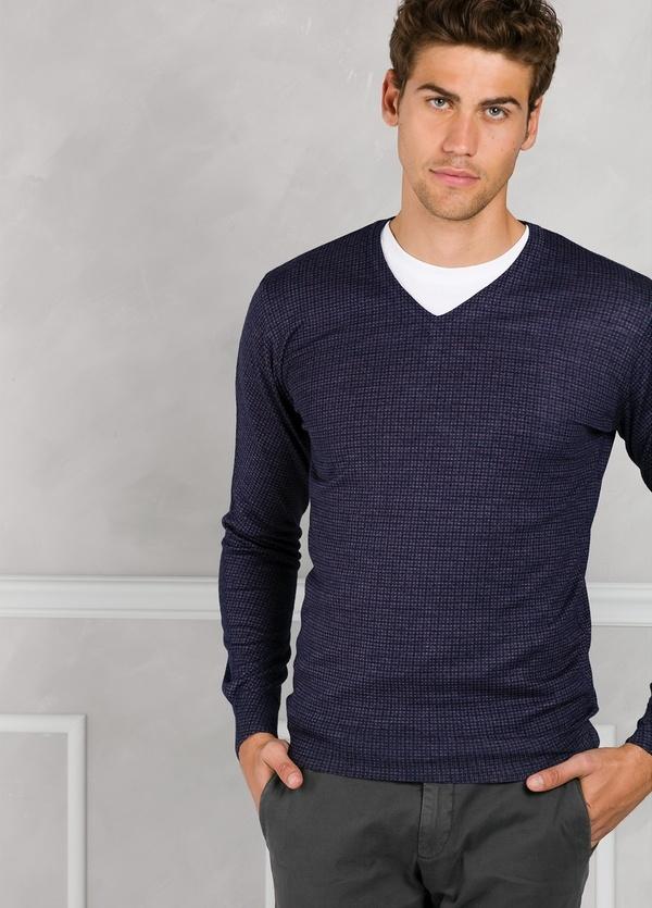 Jersey cuello pico con micro estampado color azul. 45% Lana merino 55% Coolmax.