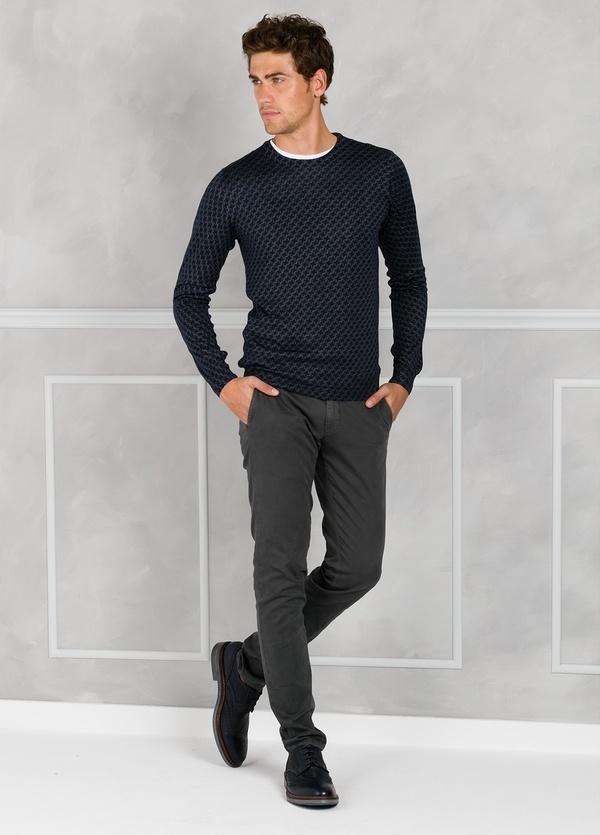 Jersey cuello redondo con estampado color gris. 45% Lana merino 55% Coolmax.