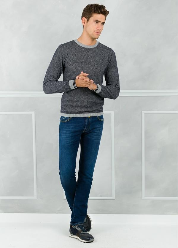 Jersey textura cuello redondo color azul marino con espalda en contraste color gris. 80% Lana 20% Nylon.