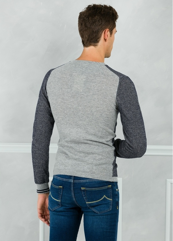 Jersey textura cuello redondo color azul marino con espalda en contraste color gris. 80% Lana 20% Nylon. - Ítem1