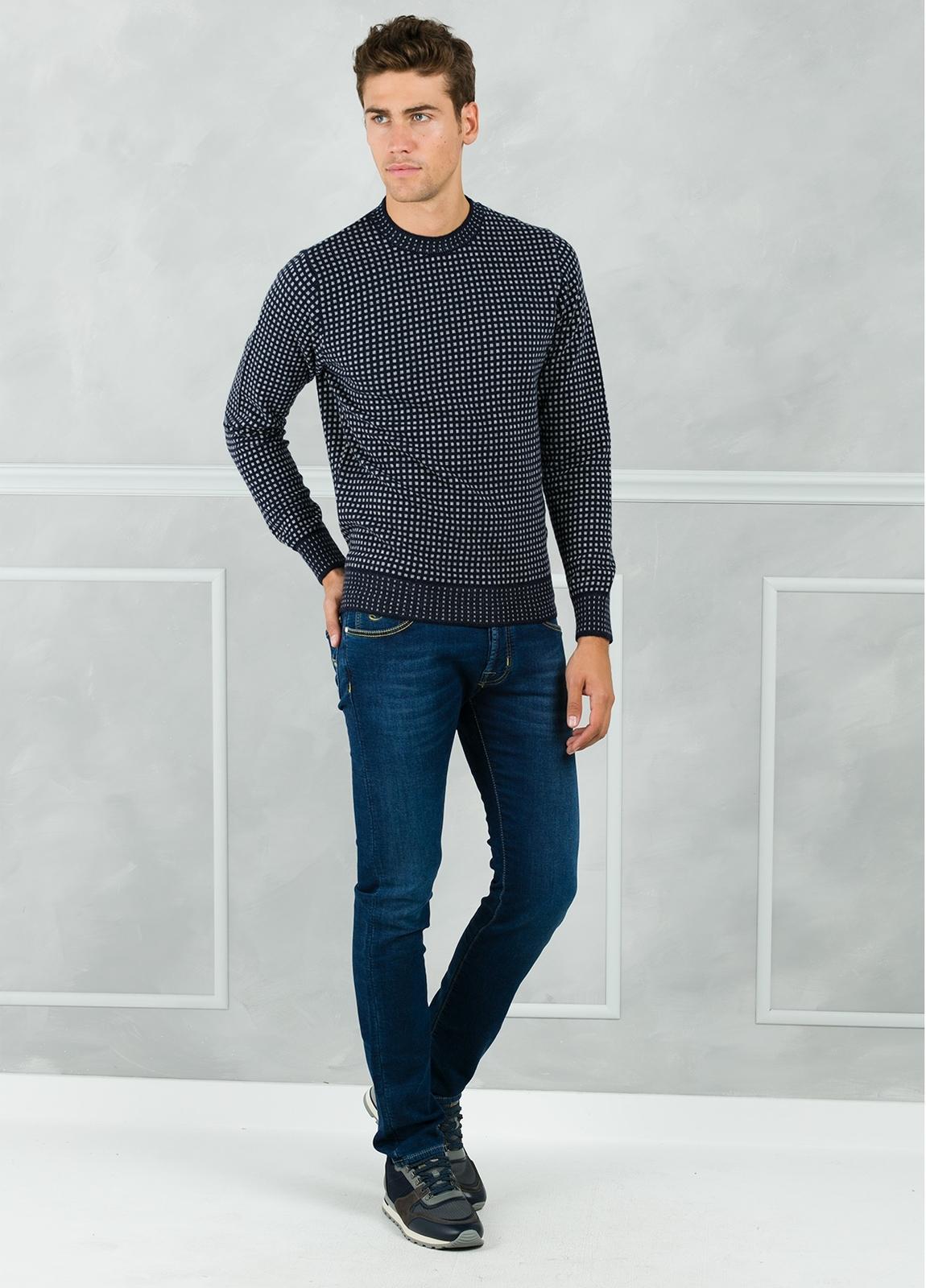 Jersey cuello redondo con dibujo, color azul marino. 45% Lana 25% Viscosa 25% Nylon 5% Cashmere.