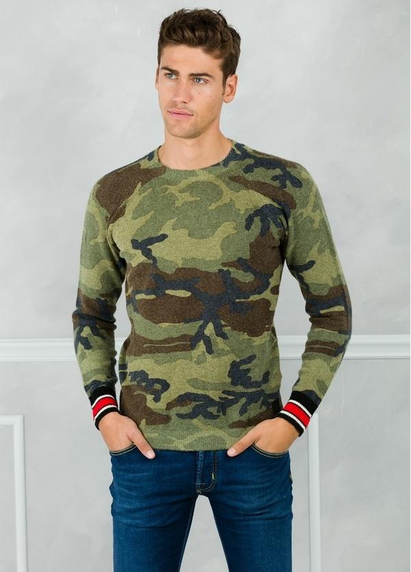 Jersey con diseño de camuflaje color verde.