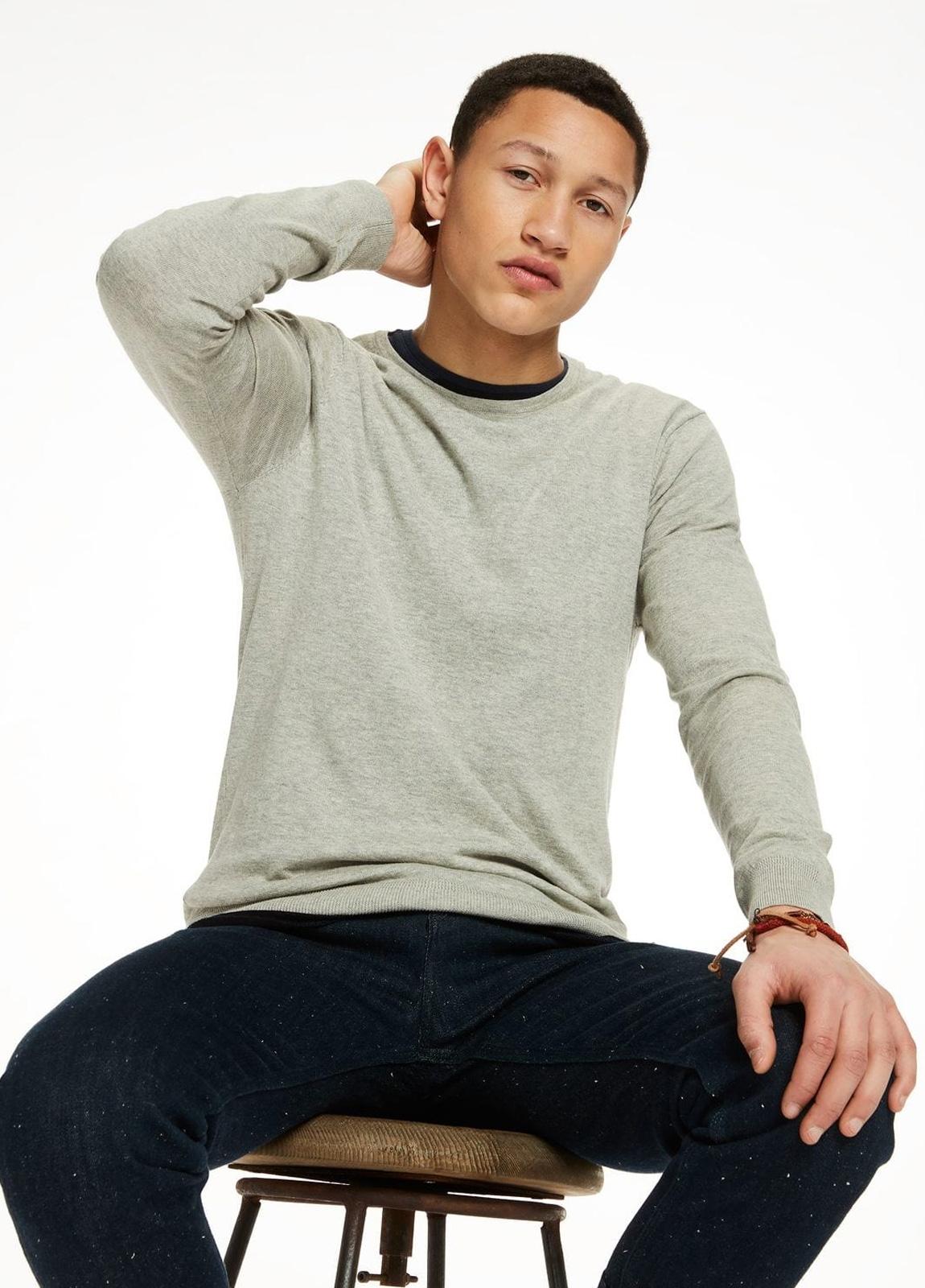 Jersey cuello redondo color gris. 95% Algodón 5% Cashmere. - Ítem1