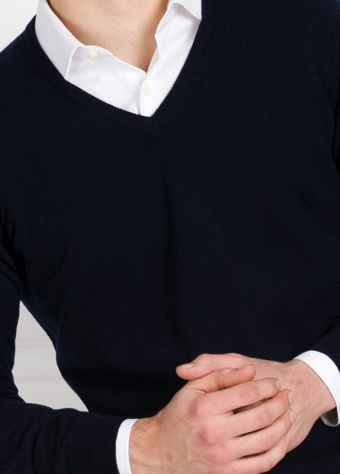 Jersey liso cuello pico color marino, cashmere 100%. - Ítem2