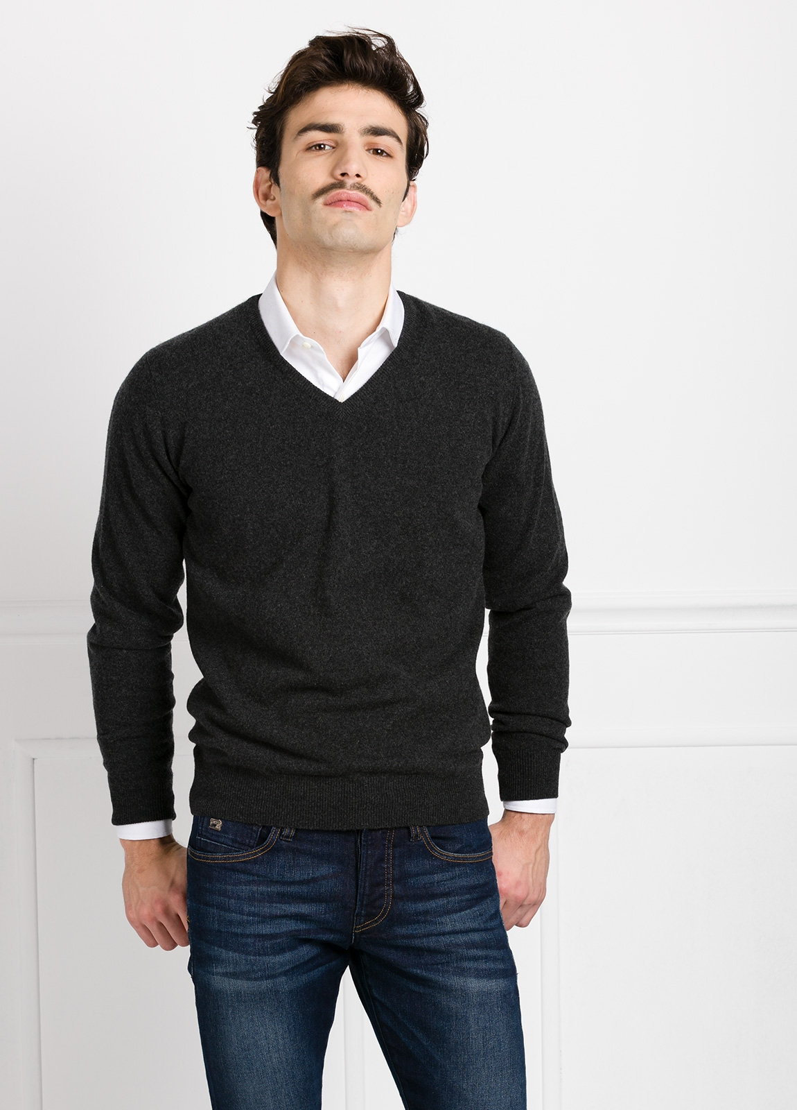 Jersey liso cuello pico color gris marengo, cashmere 100%.