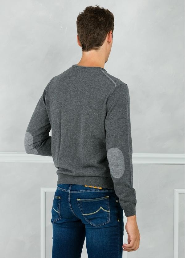 Jersey liso cuello redondo color gris con coderas en contraste. 100% Lana merino. - Ítem1