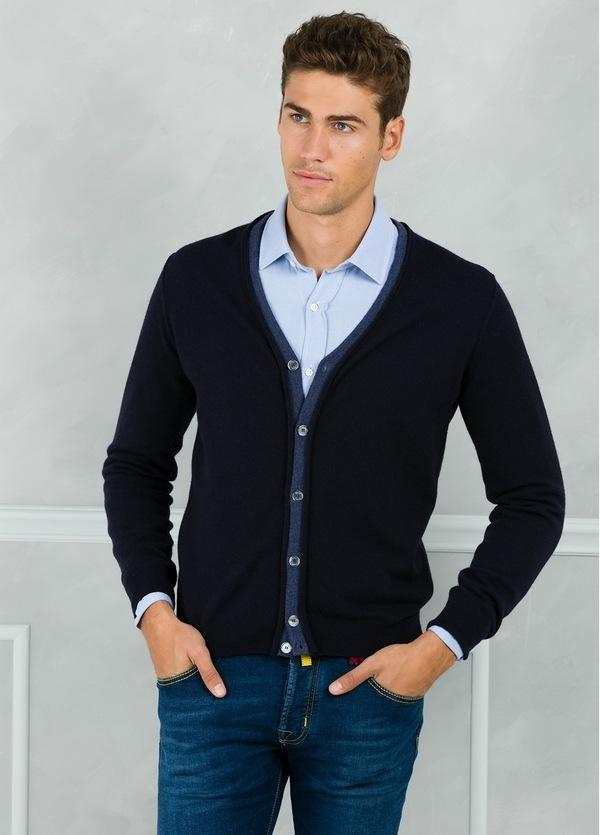 Cardigan botones color azul marino con coderas y tapeta en contraste. 100% Lana merino.