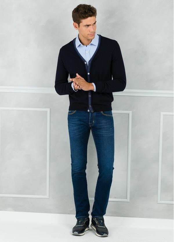 Cardigan botones color azul marino con coderas y tapeta en contraste. 100% Lana merino. - Ítem1