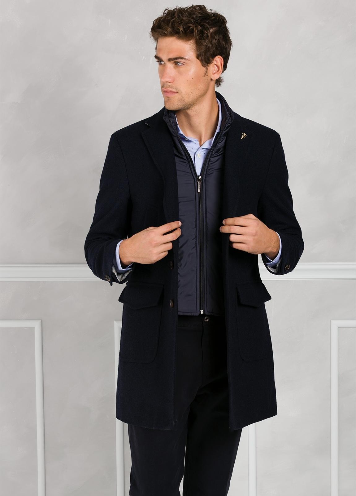 Abrigo tres botones color azul marino con pecherín interior. 65% Lana 30% Poliamida 5% fibras. - Ítem3
