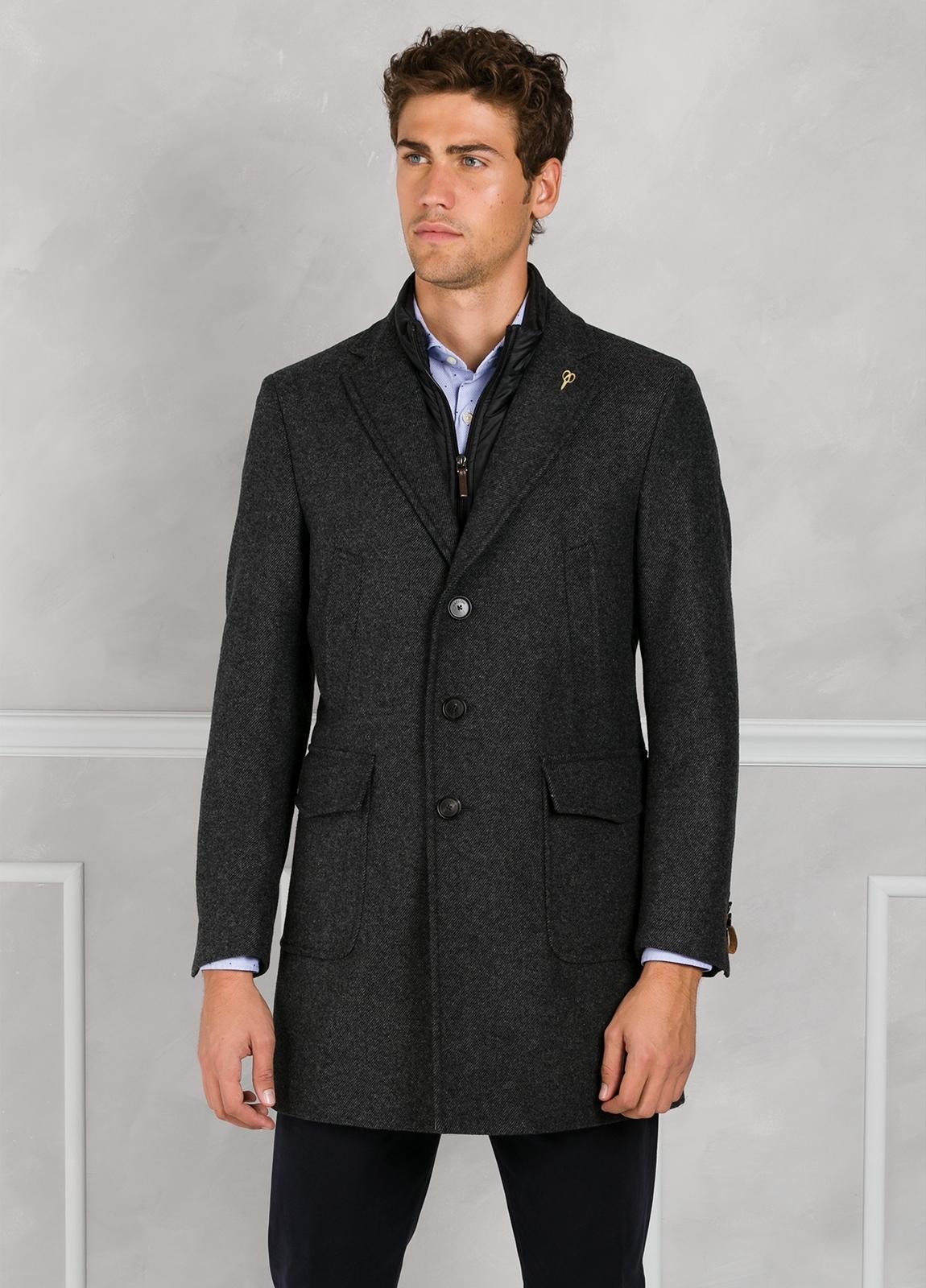 Abrigo tres botones color gris con pecherín interior. 65% Lana 30% Poliamida 5% fibras.