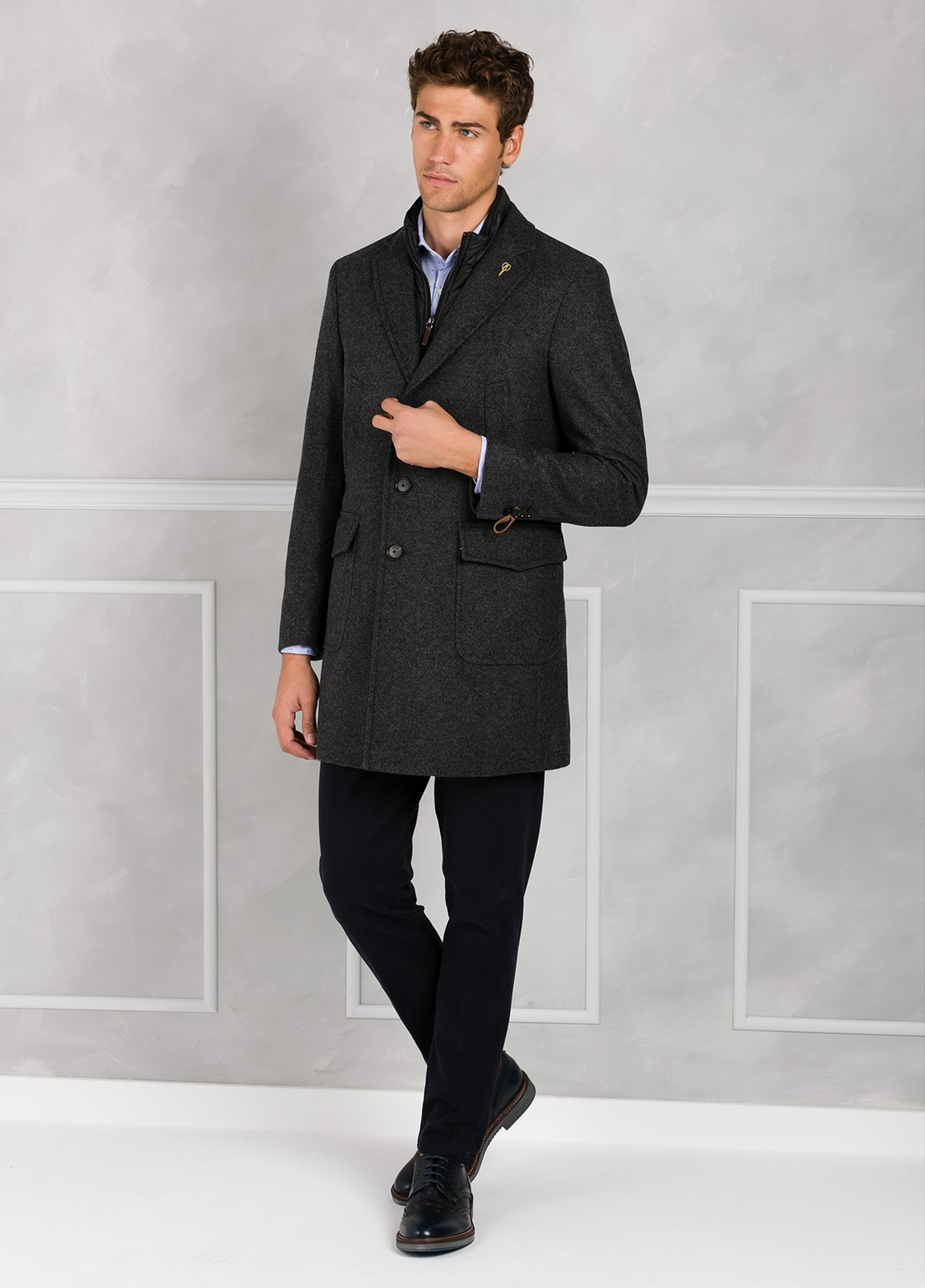 Abrigo tres botones color gris con pecherín interior. 65% Lana 30% Poliamida 5% fibras. - Ítem2