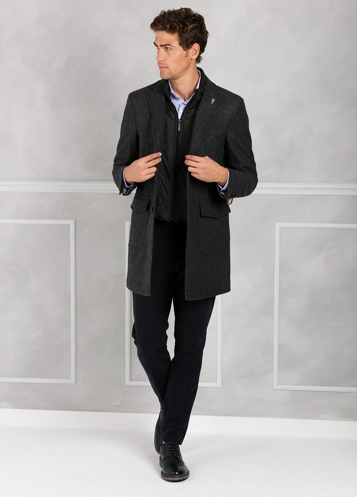 Abrigo tres botones color gris con pecherín interior. 65% Lana 30% Poliamida 5% fibras. - Ítem4