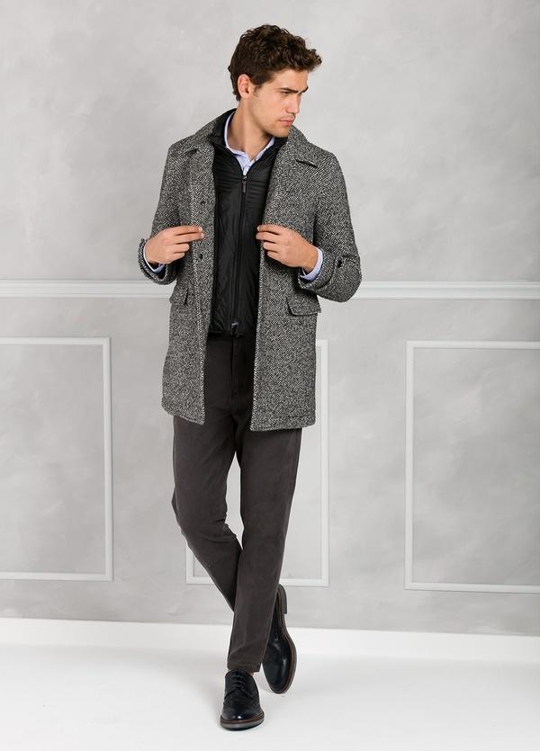 Abrigo jaspeado color gris con pecherín interior. Lana, alpaca y otras fibras.