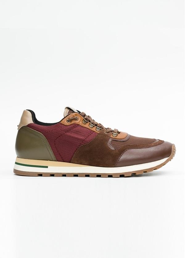 Zapato Sport Wear, color marrón, granate y verde. Combinación de piel, serraje y tejido técnico.