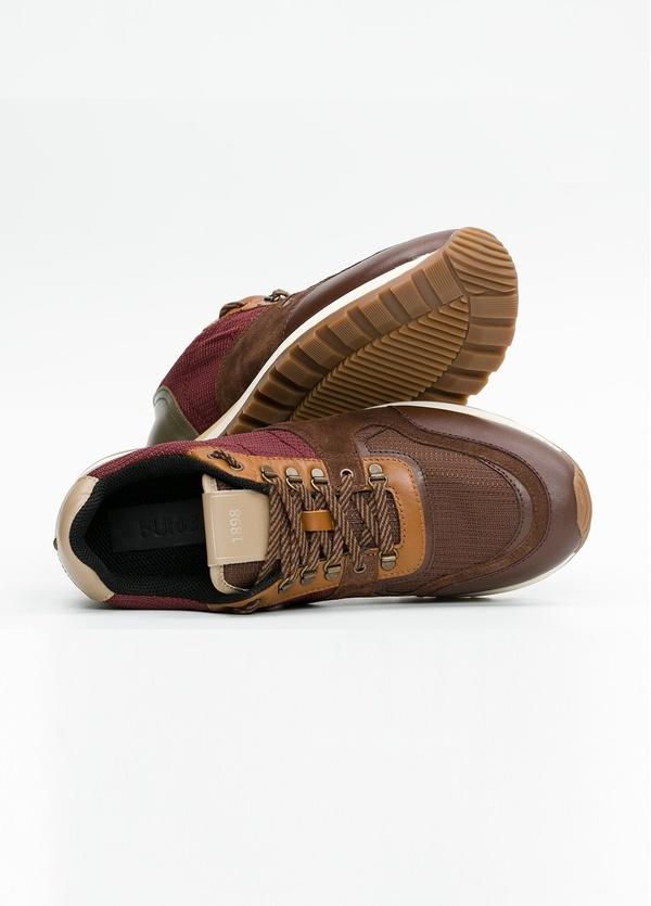 Zapato Sport Wear, color marrón, granate y verde. Combinación de piel, serraje y tejido técnico. - Ítem1