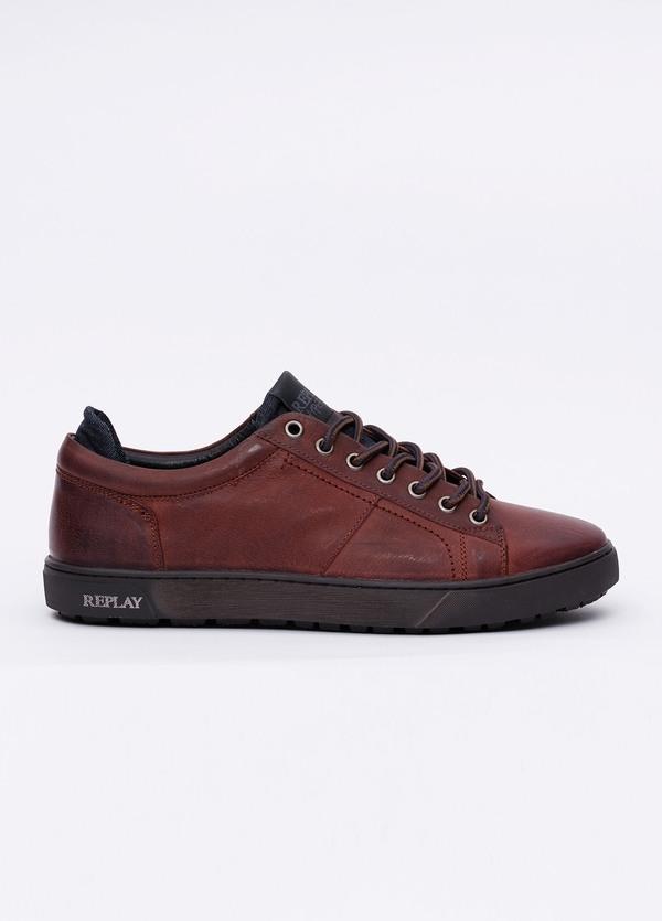 Calzado sport modelo LAREM color marrón. 100% Piel.