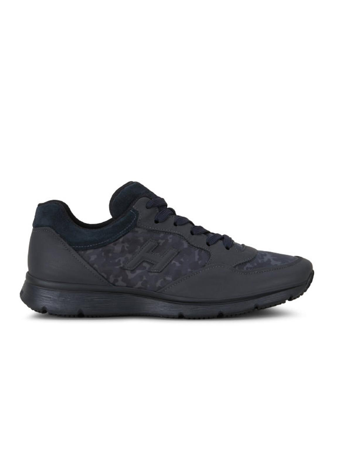 Calzado sport TRADITIONAL SNEAKER color negro. Piel con apliques en tejido técnico camuflaje y detalles en ante.