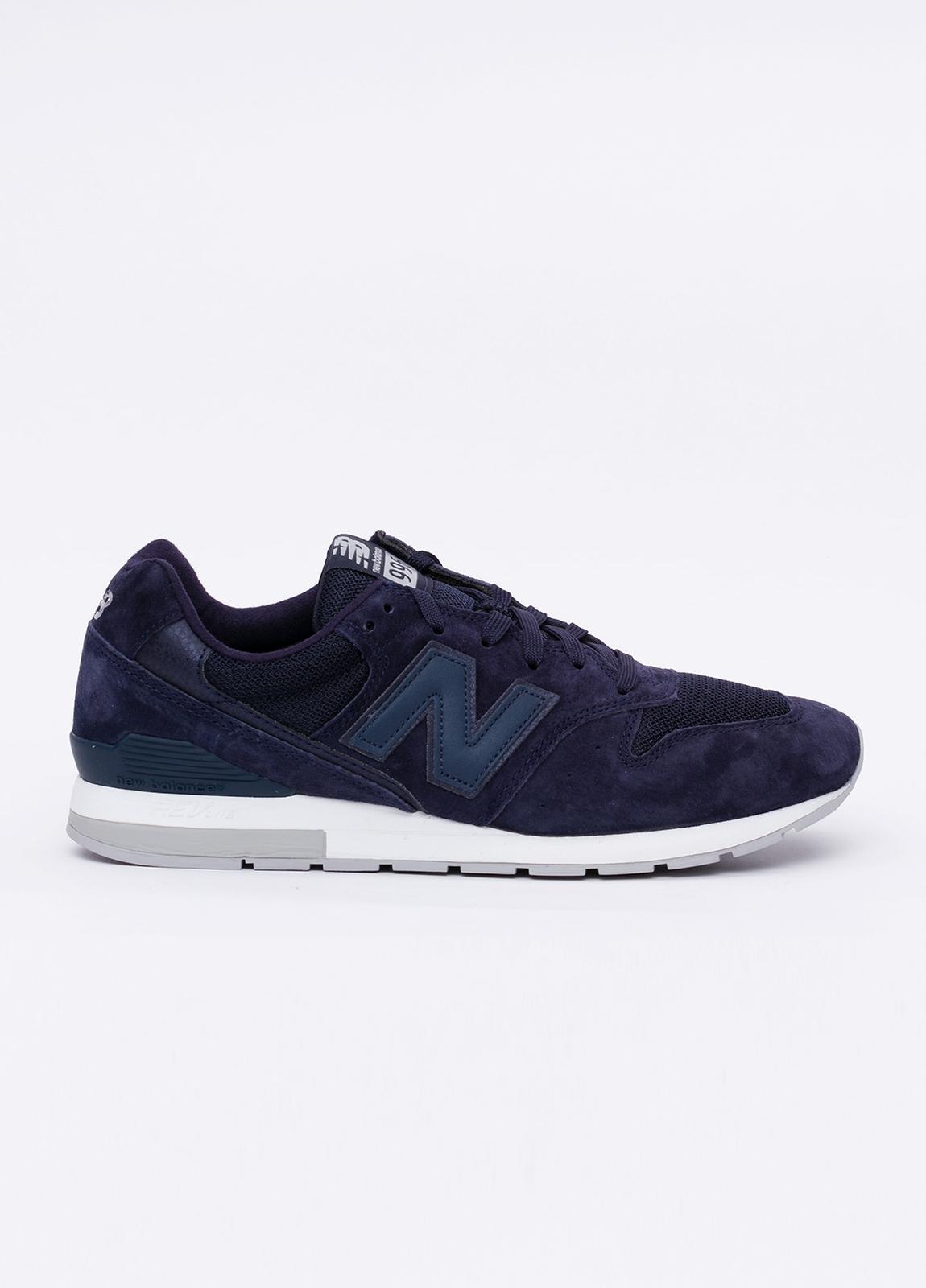 Sneaker MRL996 color azul marino. Combinación de serraje, tejido técnico y detalles en piel.