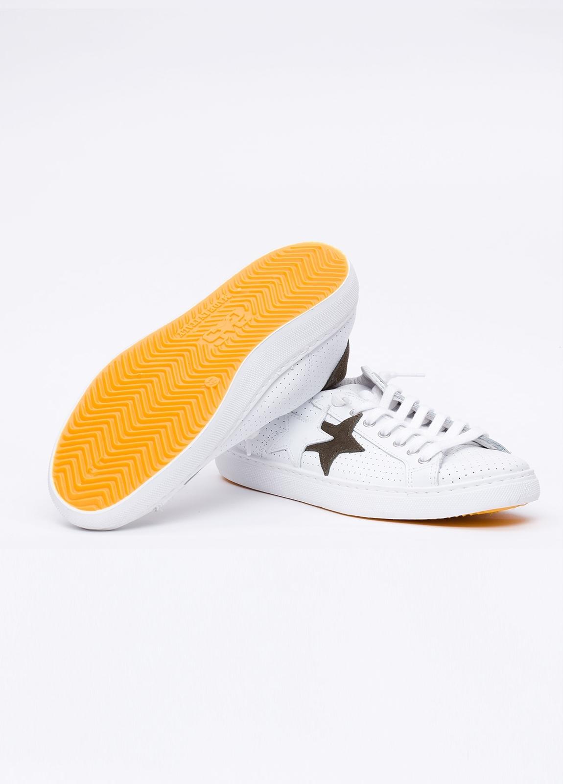 Calzado sport color blanco con detalles marrones. 100% Piel. - Ítem1