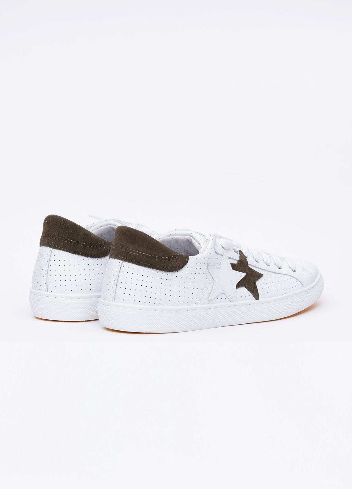 Calzado sport color blanco con detalles marrones. 100% Piel. - Ítem4