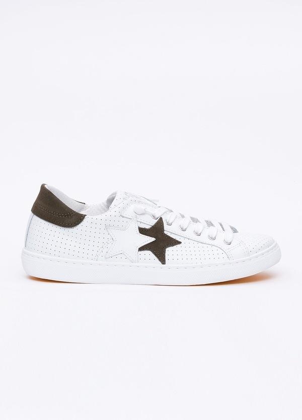 Calzado sport color blanco con detalles marrones. 100% Piel.