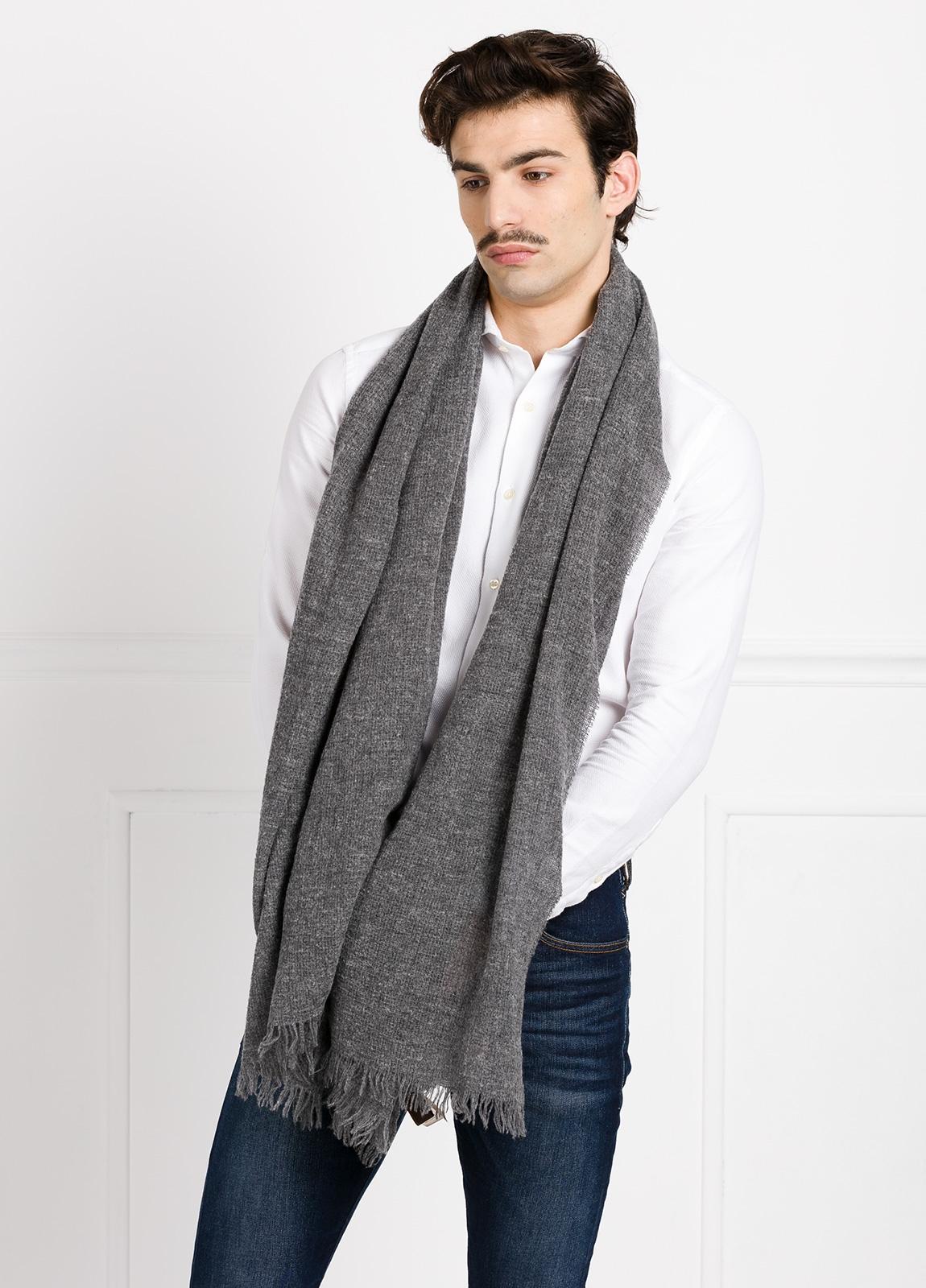 Foulard liso color gris 70 x 200 cm. 75% Lana 25% Poliamida.