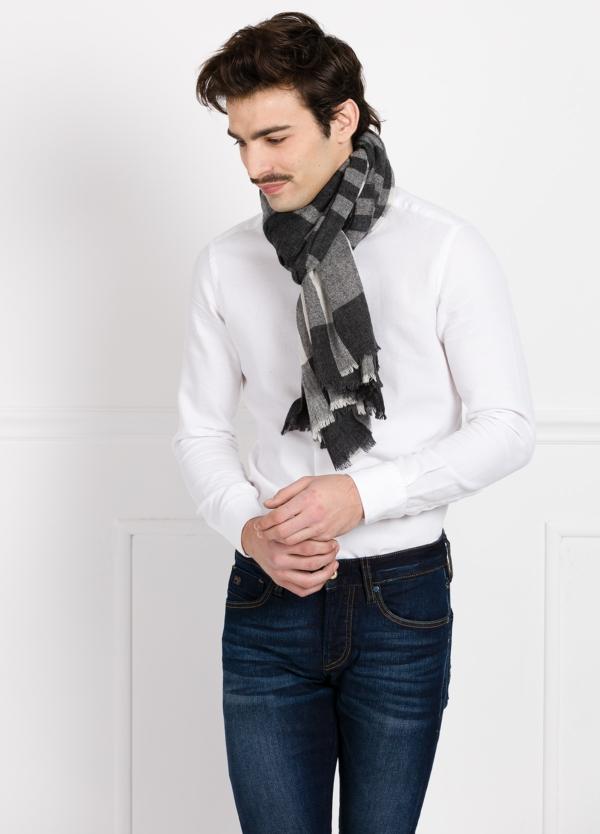 Foulard de cuadros color negro 100 x 180 cm. 50% Lana 30% Algodón 20% Poliamida.