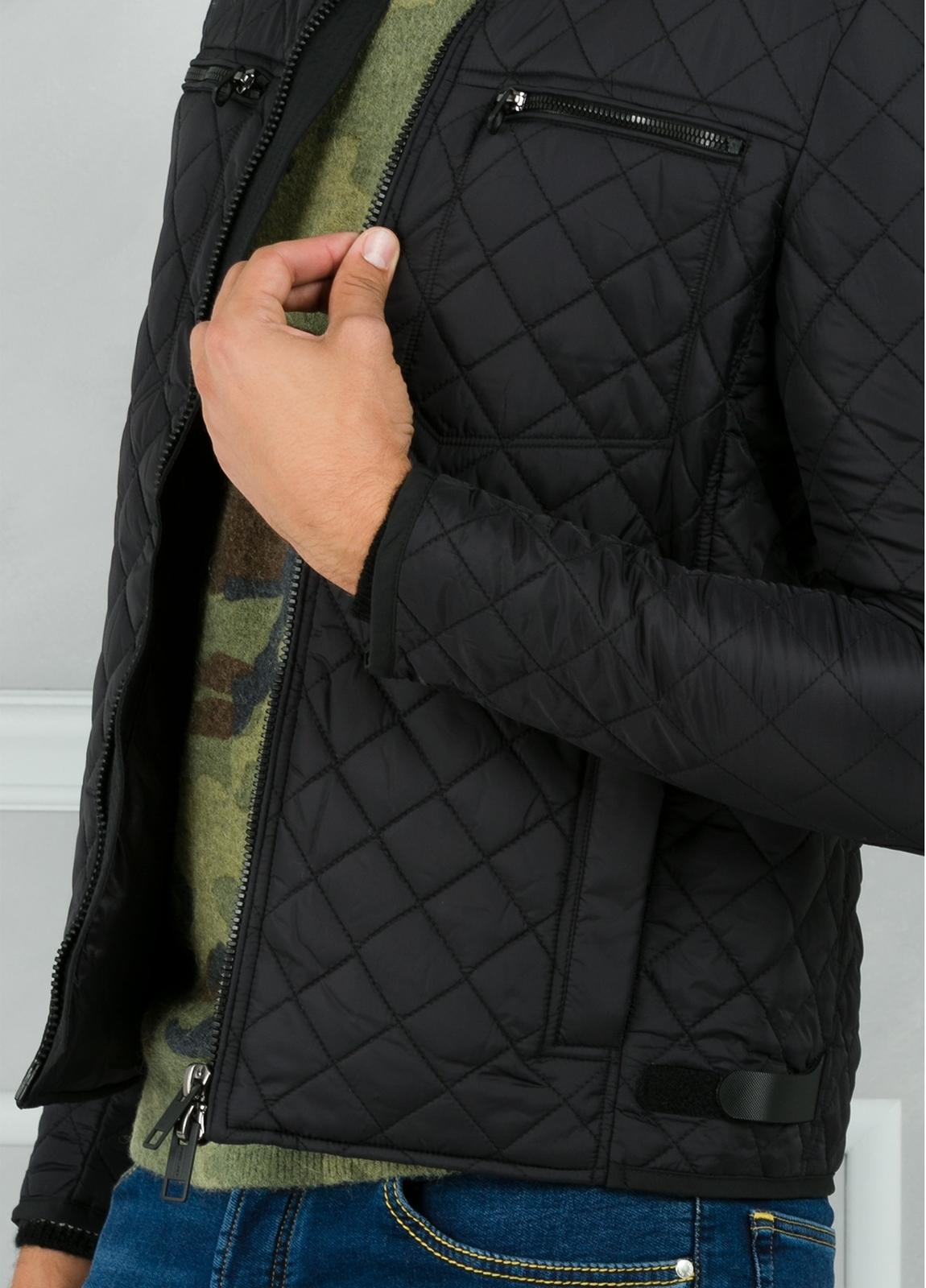 Cazadora acolchada con bolsillos y cremallera en puños color negro. 100% Poliamida. - Ítem1