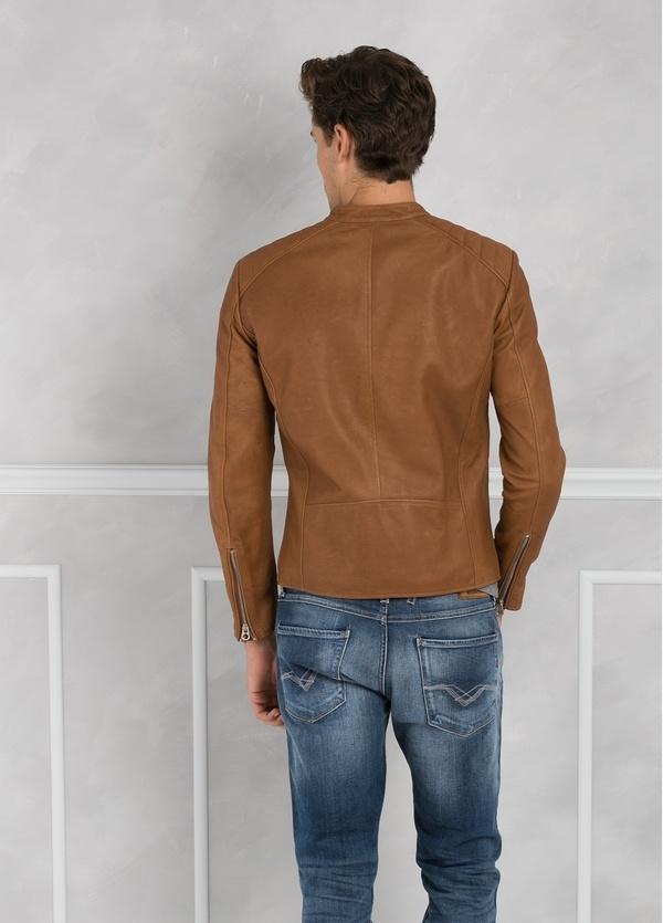 Cazadora de piel con cremallera, color marrón. - Ítem2