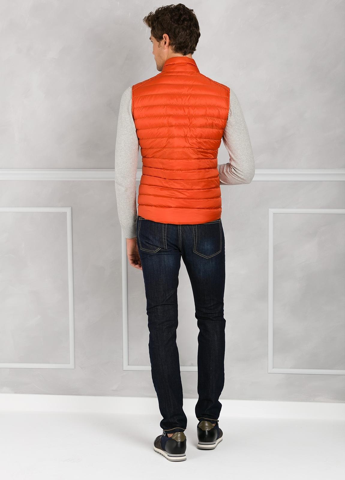 Chaleco modelo CARANCHO, color naranja. Tejido técnico. - Ítem2