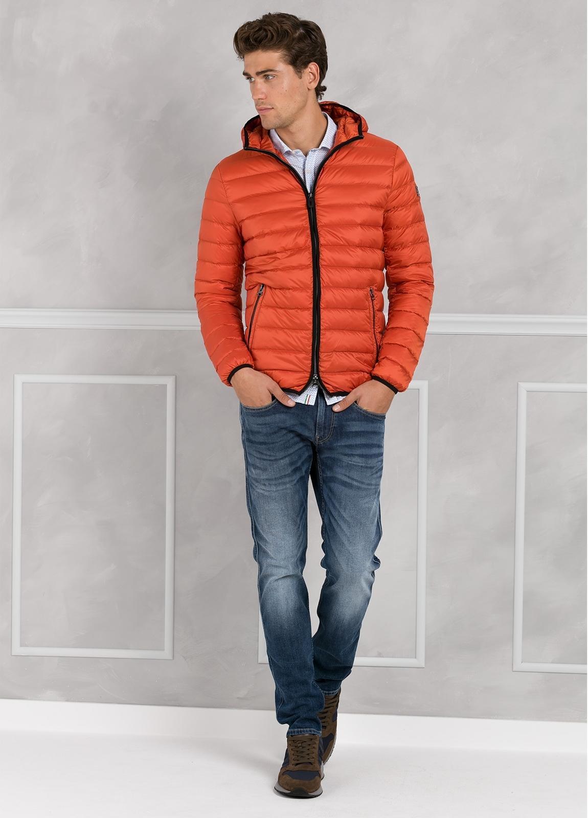 Chaqueta con capucha modelo ZEFIRO color naranja, tejido técnico.