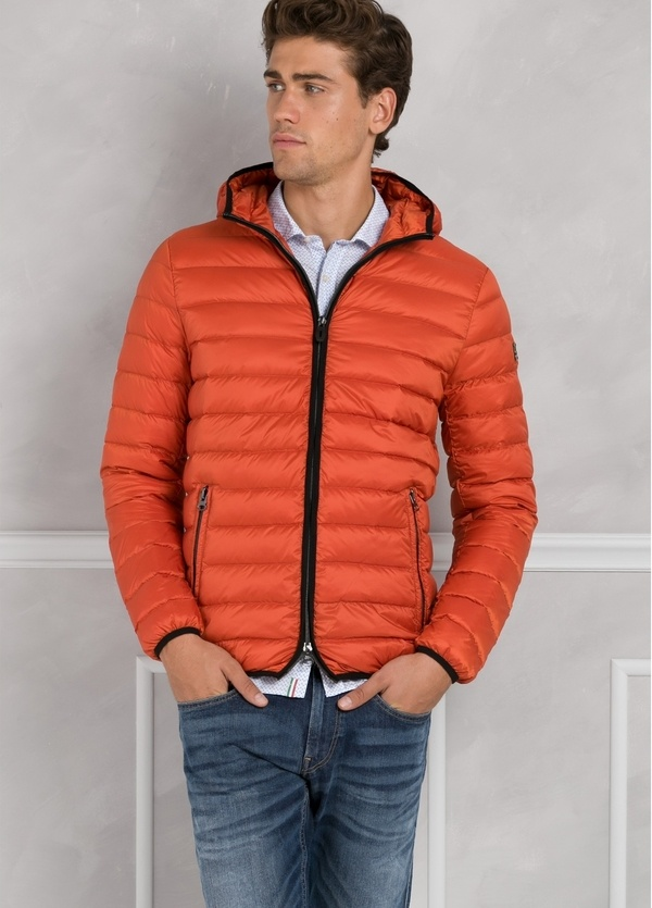 Chaqueta con capucha modelo ZEFIRO color naranja, tejido técnico. - Ítem3