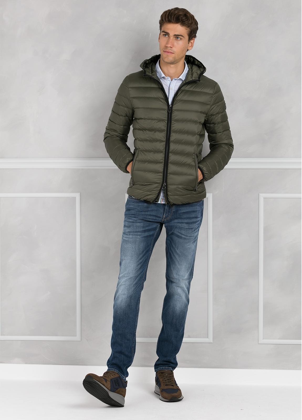 Chaqueta con capucha modelo ZEFIRO color kaki, tejido técnico. - Ítem3