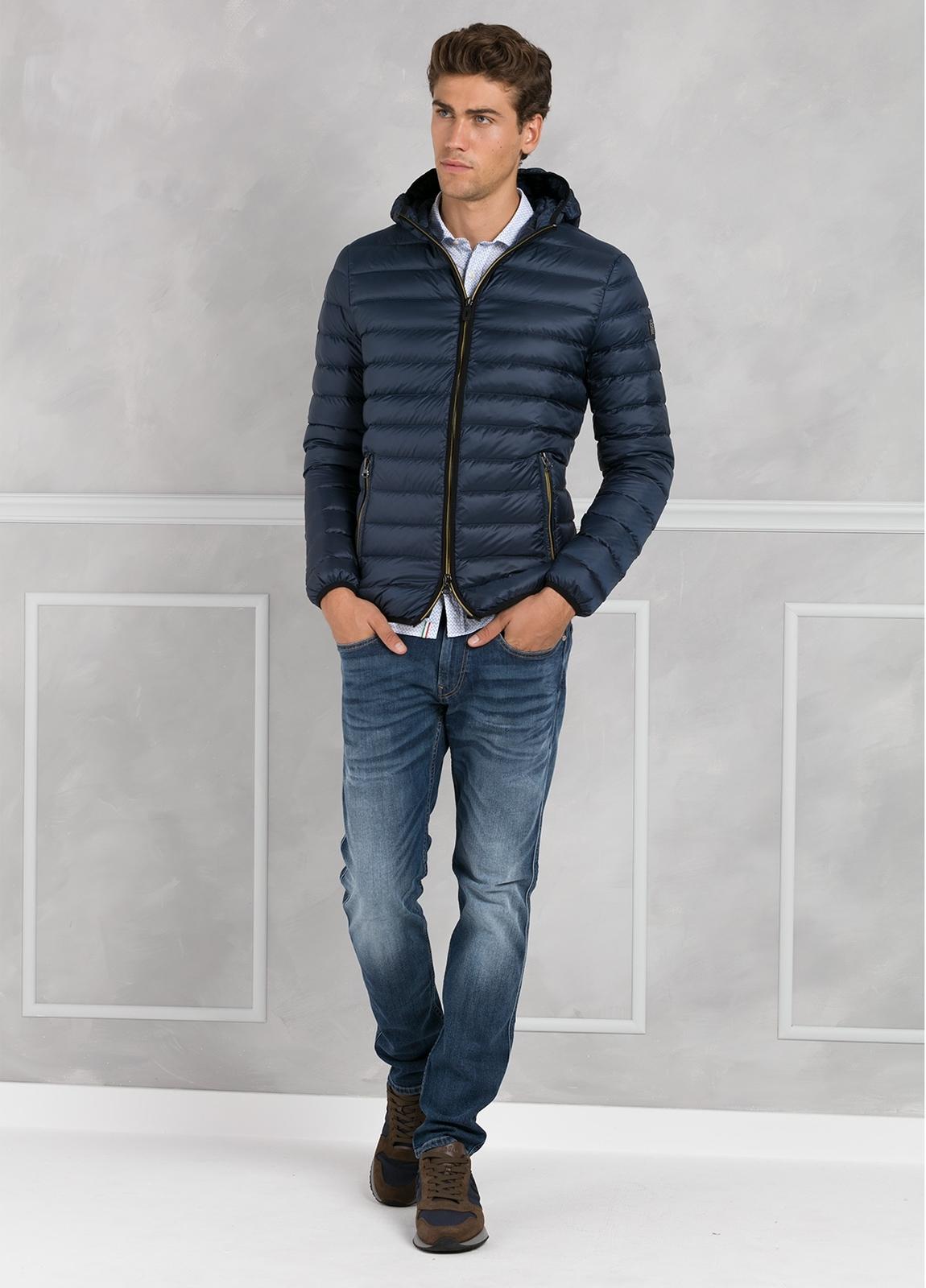 Chaqueta con capucha modelo ZEFIRO color azul marino, tejido técnico.