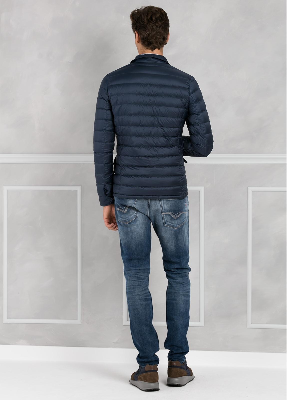 Chaqueta modelo BEEMIN color azul marino, tejido técnico. - Ítem1