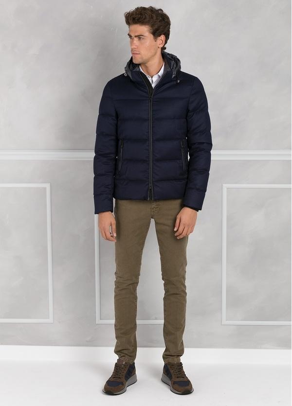 Chaqueta acolchada con capucha color azul marino, tejido técnico.