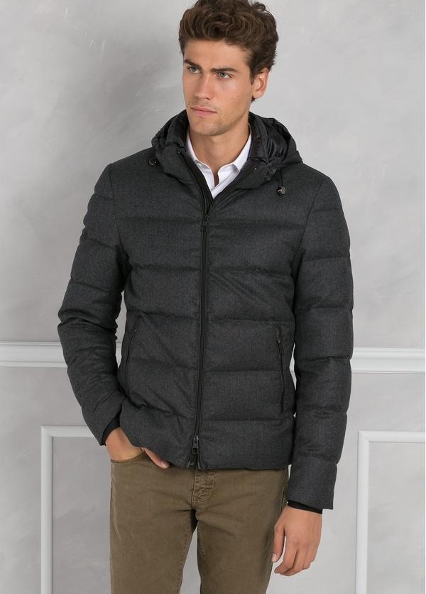 Chaqueta acolchada con capucha color gris, tejido técnico.