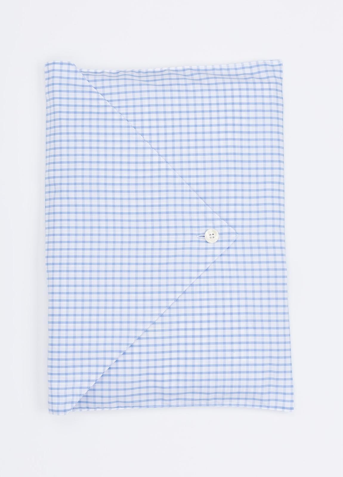 Pijama LARGO dos piezas, pantalón largo con cinta no elástica y funda incluida color celeste con estampado cuadro ventana. 100% Algodón. - Ítem1