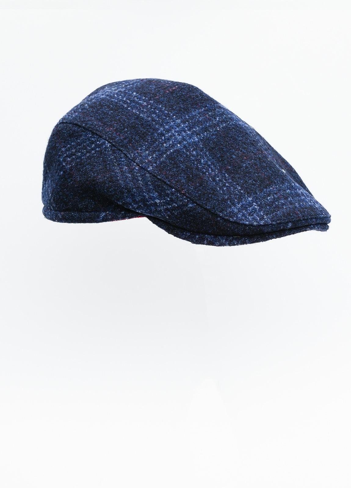 Gorra plana color azul tejido de lana con diseño de cuadros escoceses.