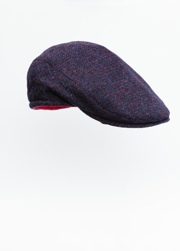 Gorra plana color granate tejido de lana con diseño de cuadros escoceses.
