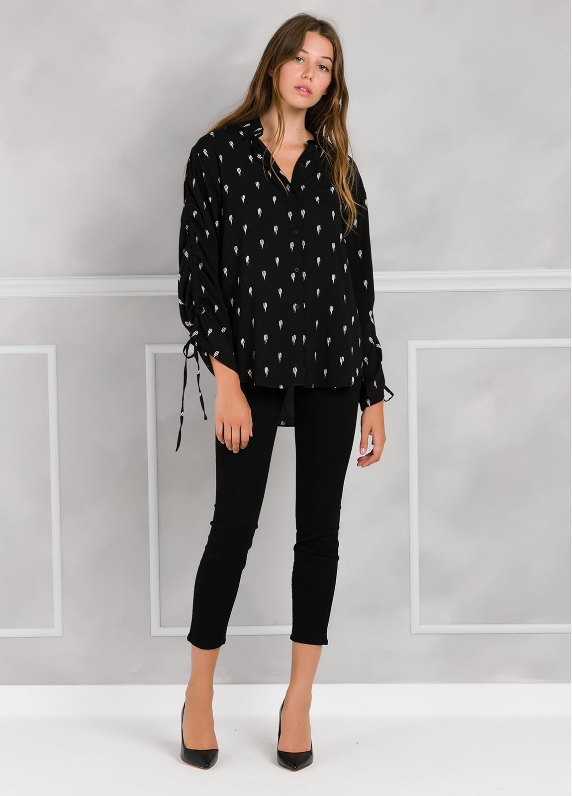 Blusa larga estampada color negro anudada en mangas. - Ítem1