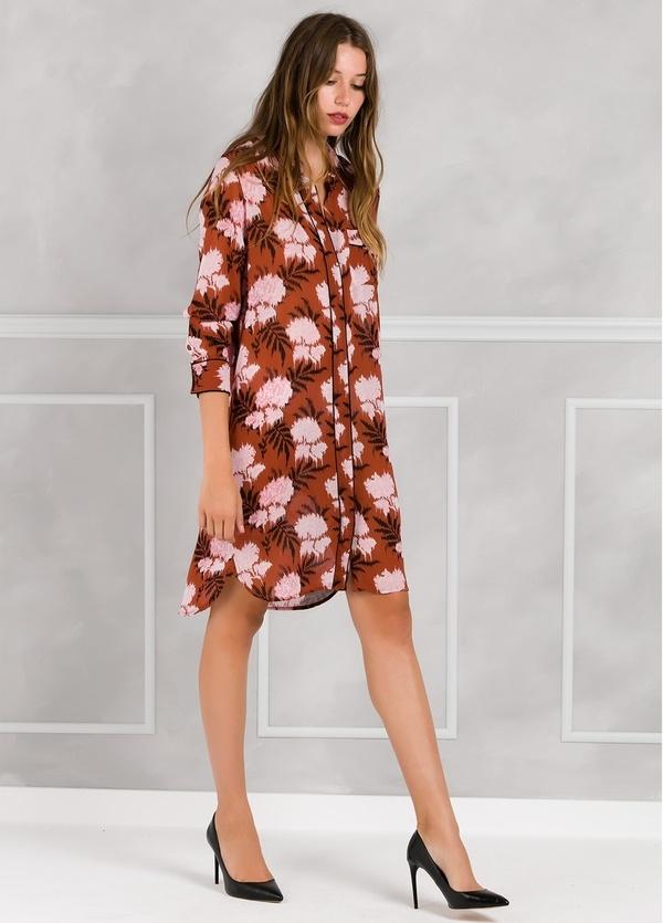 Vestido camisero color teja con estampado floral.