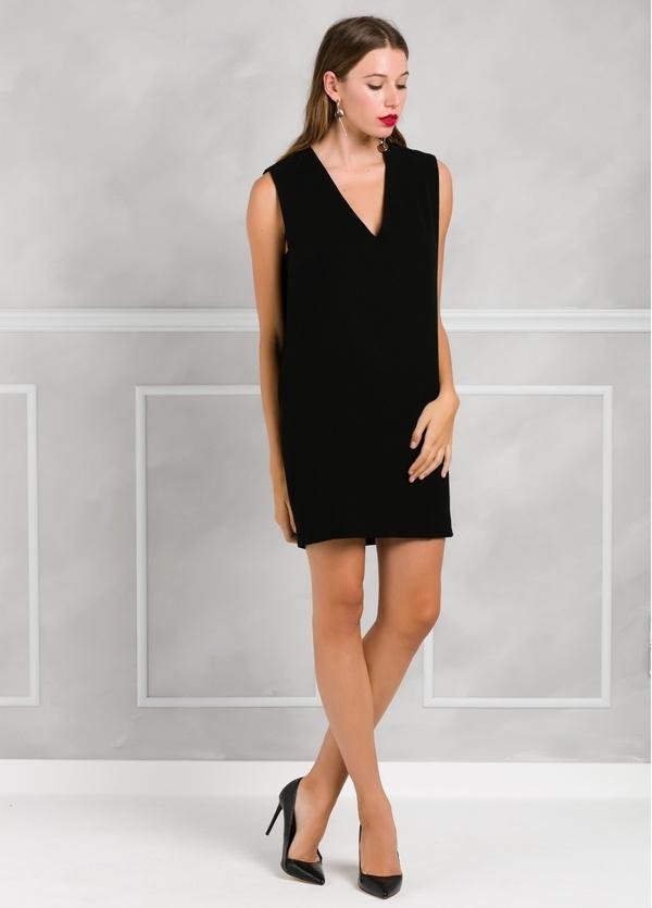 Vestido recto sin mangas y cuello pico, color negro.