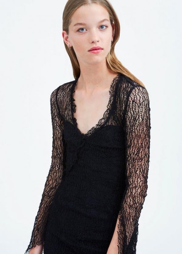 Vestido de encaje color negro con detalle de volantes. 68% Algodón 23% Poliamida 9% Elastán.