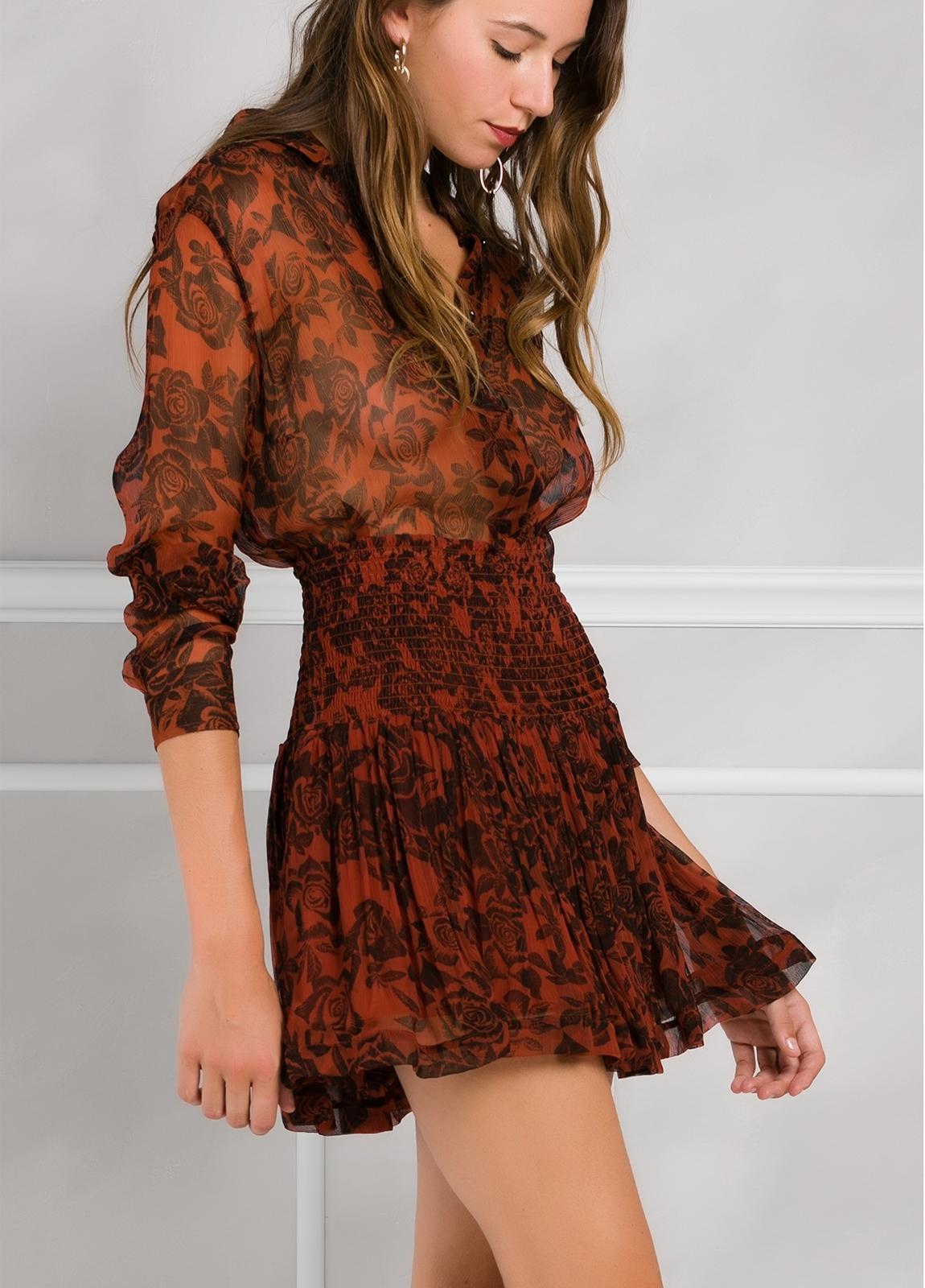 Falda plisada con fruncido en cintura, color teja y estampado floral.